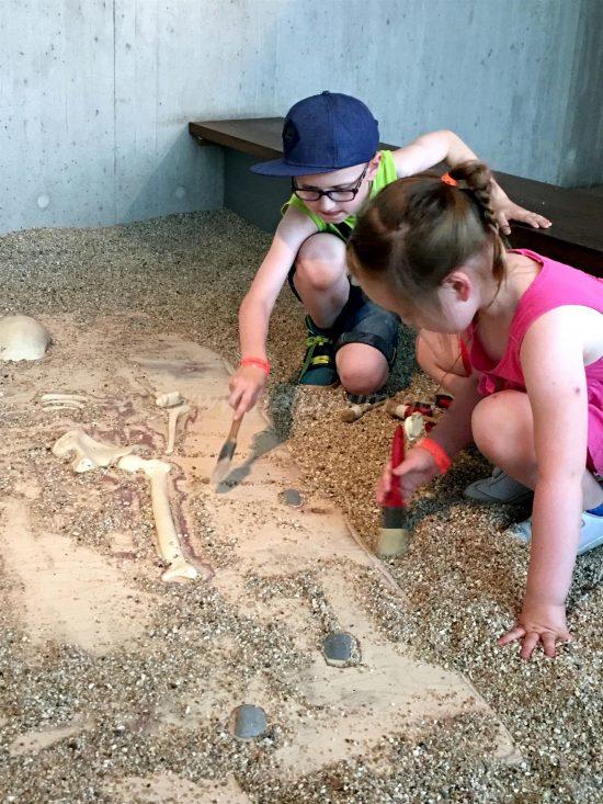 Neanderthal_Museum_mit_Kindern_Ausgrabung