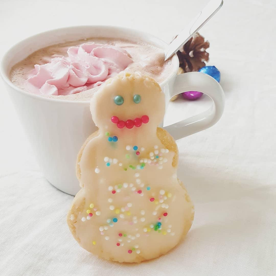 Uiuiui....schon der 10. Dezember 😁  Wie ihr sehen könnt, haben die Kinder und ich bereits gebacken 😋 Das Lieblingsgetränk der Kinder ist hier nachmittags der Kakao und dazu dürfen die #plätzchen natürlich nicht fehlen 😍  Für mich gibt es auch leckere Plätzchen, allerdings mit #kaffee 😉  Habt noch einen schönen Nachmittag ❤️