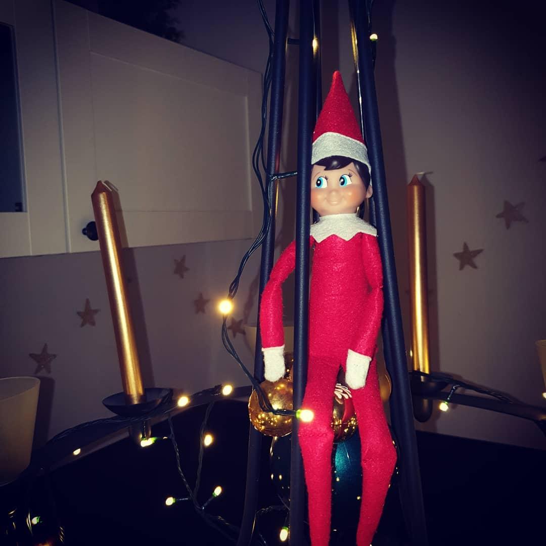 Guten Morgen ❤️ Auf dem Bild könnt ihr sehen, wer letzte Nacht bei uns eingezogen ist. Der #elfontheshelf 😍  Die letzten 12Tage bis Weihnachten wird er uns begleiten und immer gut darauf Acht geben, dass alle Familienmitglieder brav sind😉  #weihnachtenmitkindern ist einfach magisch 🎅  Habt einen schönen Tag 😘  #familienblog #familienleben #elf