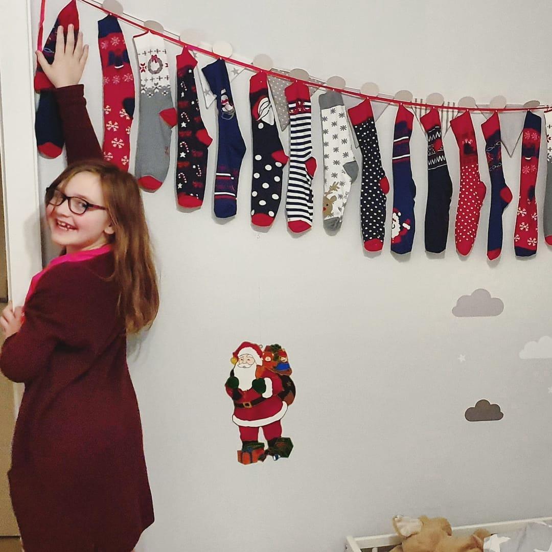 Ihr Lieben,  ich wünsche euch eine wunderschöne Adventszeit 🎄 Bei uns wurden schon viele Päckchen gepackt, die ersten Pakete versendet und leckere Plätzchen gebacken 😋  Ich genieße diese Zeit gerade sehr. Mit jedem Jahr werden unsere Kinder älter und ich habe das Gefühl, dass diese besondere Weihnachtszeit mit Kindern immer wertvoller wird. ❤️ Kennt ihr das Gefühl, wenn ihr einen besonderen Moment aufsaugen möchtet?  Wir werden uns jetzt erstmal jeden Morgen über unsere Adventssocke freuen 😉  Bis bald 😘  #adventskalender  #advent  #weihnachten2019  #familienleben  #lebenmitkindern
