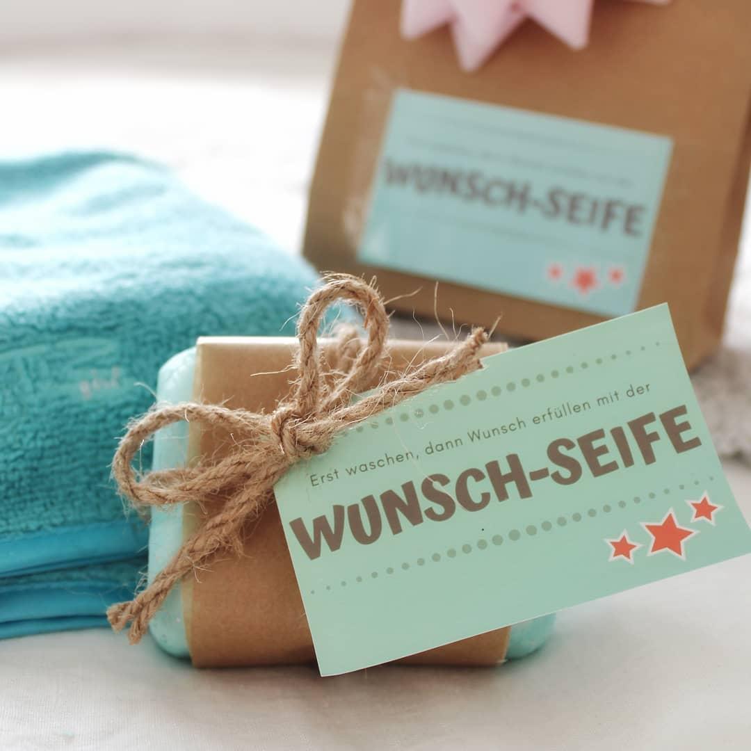 Naaa? Gab es bei euch dieses Jahr ein Fail unterm Weihnachtsbaum? || Werbung|| GESCHENKGUTSCHEINE sind immer eine passende Geschenkidee. Dabei ist es egal zu welchem Anlass. Auf dem Blog gibt es deshalb eine schöne Idee, was ihr mit Gutscheincodes oder Geschenkgutscheinen anstellen könnt 😉  Viel Spaß 😘  #doityourself #geschenkidee #wunschseife #blog  #diyblogger