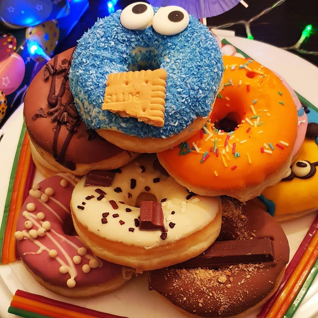 """#birthdaytime  Wir haben gestern den 11. Geburtstag unseres GROSSEN gefeiert! 🎉  Zum Frühstück Donuts (anstelle einer Torte), Kino und Lieblingsessen zum Abendbrot. Einfach schön ❤️ Am Wochenende werden wir noch den """"Kinder""""-Geburtstag feiern und dann war es das erstmal mit der Feierei bei uns 😅  Habt n tolles #wochenende"""