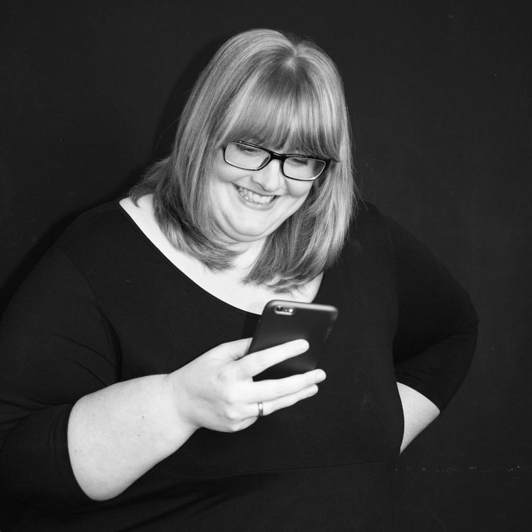 """YEAH!!!! Heute startet die Instagram Challenge #meetthebloggerde19 von @annehaeusler  Das heutige Thema: #du  Ich frage mich, was ich über mich  erzählen könnte. 🤔  Ich blogge seit Mai 2016 auf meinem Blog -NeLuMum.de-  Aktuell ist der Blog etwas im Wandel. Ich habe bemerkt, dass mir die DIY Beiträge viel Spaß machen und sie auch immer beliebter werden. Mich mit weiteren DIY Bloggern zu vernetzen fände ich in jedem Fall spannend ❤️ Wenn ihr noch ein paar Fakten über mich wissen wollt, dann schaut auf meinem Blog vorbei und schaut euch die """"über Mich"""" Seite an ☺️ Ich freue mich auf viele neue Gesichter, spannende Feeds, interessante Blogs und darauf euch kennenzulernen 😁  Viel Spaß uns allen und DANKE für die Möglichkeit, @annehaeusler 😘  #werbungwegenverlinkung"""
