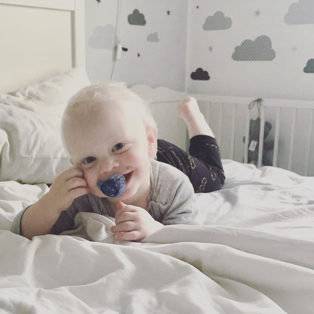 #gutenmorgen  Wenn der Kleinste schon so fröhlich aus seinem Bett gekrabbelt kommt, kann der Morgen nur gut beginnen 😍  Habt einen tollen Tag😘  #youaremysunshine #happysmile