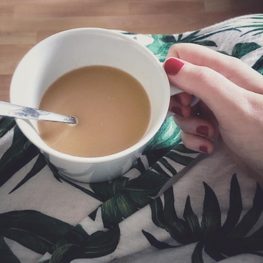 #butfirstcoffee  Guten Morgen ihr Lieben,  es ist Zeit für eine #kaffeepause ❤️ Heute passiert nichts spannendes bei uns, aber ich hab dennoch eine langweilige TO DO Liste zum abhaken... am Pfingstwochenende geht für uns zur Verwandtschaft 😉 Mir graut es schon vor der Autofahrt, denn unser Kleinster hasst lange Autofahrten noch genauso sehr wie am Anfang 🙈  Aber genug Smalltalk- jetzt wird getrunken 🤣☕️